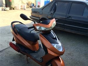 出售九五成新的小踏板摩托�,�系方式