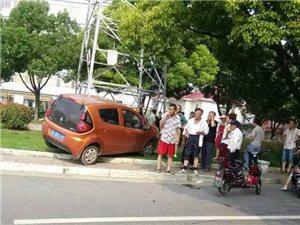 汽车与电瓶车碰擦