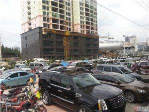 红果竹海西路成了停车场