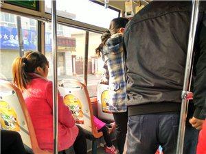 公交车上,残疾人让座引人深思