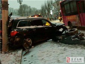 宾县一辆奔驰suv车,先撞的电线杆,和大树