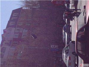 金辉南街与胜利市场交汇处一信号灯要脱落