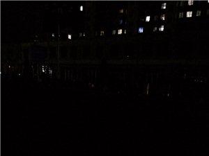 隆化迎�e大道一片漆黑。