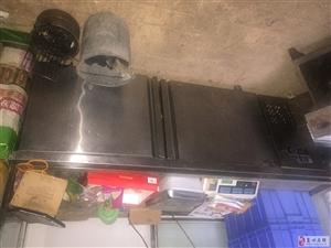 冰柜,厨房平冷各一台,展柜一台烤鸭炉一个