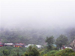 雨中解陌盘山路突发车祸;民警急疏导恢复交通