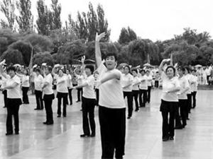 帮妈锻炼 营口小伙带500人跳广场舞