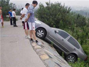 """亚博体育福利版下载一车主在""""西山""""竟然把车开沟去了……幸好人没事!"""