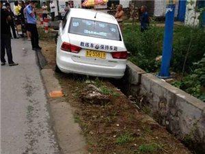 碉堡了!亚博体育福利版下载一驾校学员把车开沟去了,我也是醉了!