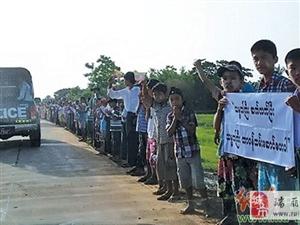 缅甸总统参加桥梁开幕仪式 民众打出标语:期望总统连任