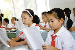 别让泗洪孩子太累了!新华学习报纸书让孩?#26377;?#30528;读完小学