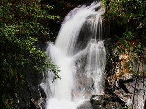 寻乌上坪蛇居寨瀑布,动态水流的柔美!