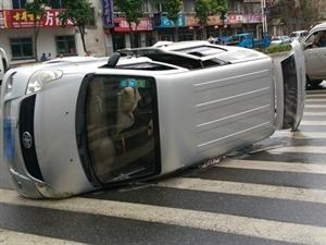 白山好天地后道路口出租车与面包车相撞