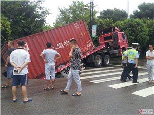 仪陇滨江大道路面塌陷 大货车陷入大坑(组图)