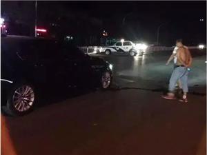 衡水和平西路上演宝马撞警车,警车尾部损毁严重!!!