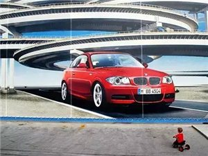 摄影师抓拍的路人与广告牌的趣味互动瞬间