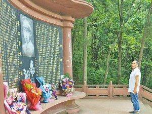 胜利日,西昌抗日阵亡纪念碑前,市民游客前往悼念