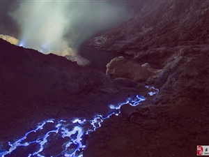 印尼火山喷发蓝色岩浆