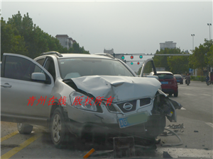 昨日青州瓜市桥发生一起车祸,现场护栏飞了一地。车破损严重!