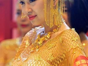 """有钱任性!""""土豪""""模特展示近10公斤黄金婚纱"""