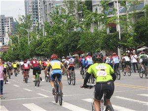 广场举行了自行车比赛