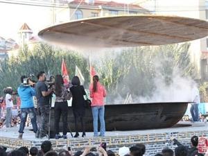 吃蟹季节到!辽宁盘山巨锅蒸肥蟹 吊车掀锅盖众人闻香而至