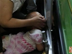 【电梯事故】重庆3岁女童手臂被扶梯卡住 消防官兵紧急救援
