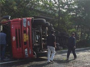 京津高速一油罐车掉头侧翻泄漏!