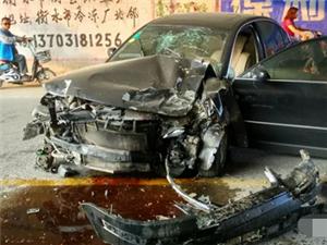 衡水17日下午衡水东出口发生3车相撞,场面惨烈~