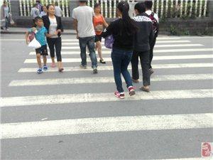 太危险了,没信号灯的永利娱乐官网新桥三岔路口险出事故!