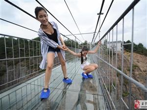 中国首条高空玻璃吊桥开通 悬空180米