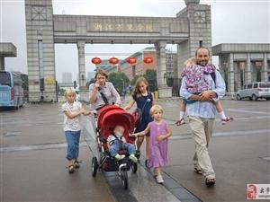 这是真爱!夫妻痴迷中国文化 带着六个女儿来留学