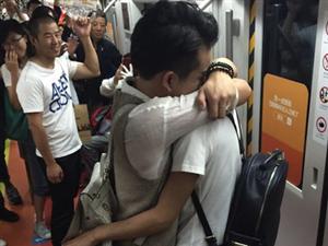 """北京""""彩虹地铁""""现男男求婚"""