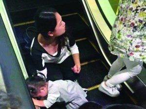3岁女童手被扶梯卡住 幸亏有人及时按停