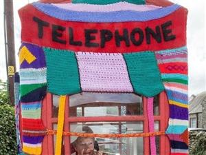 英104岁老太用毛线织品装点整座小镇
