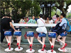 南京性感长腿肥臀坐凳受游客青睐
