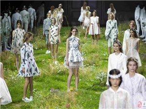 新创意!巴黎时装周 T台变鲜花草地
