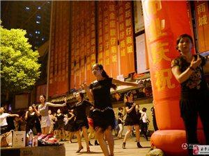 """湖北武汉数百名女老板隔街""""斗舞"""" 声势浩大"""