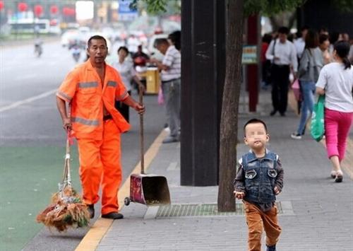 西安清洁工带孙子扫大街儿媳因没房住出走