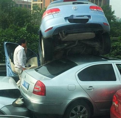 """杭甬高速发生离奇车祸两车发生""""叠罗汉"""""""
