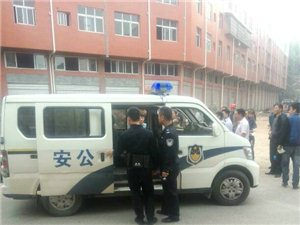 气愤:亚博体育ViP贵族一男子偷车被抓 小偷装疯卖傻吃石头