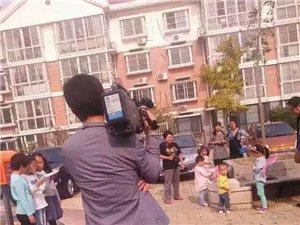 电视台记者采访李佳芸第5号小小免费图书馆启动仪式