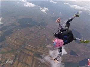 波兰男子跳伞出故障 父亲空中救子