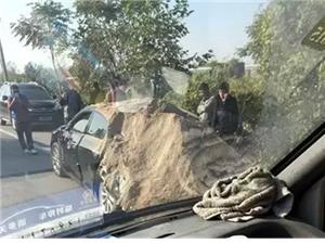 石家庄衡井线大货车倾覆 路过小车被埋