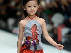 中国时装周上的小模特走秀 被惊艳到了