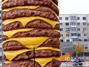 十米高世界最大汉堡模型街头亮相
