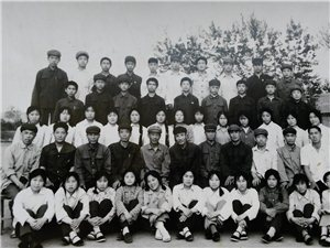 榆树林子中学一张拍摄于83年的毕业照片