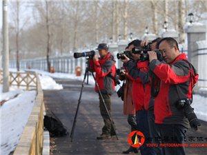 【澳门轮盘平台县摄影家协会】组织会员举行了冰雪采风活动