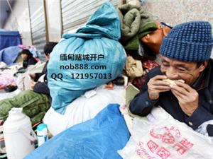 西安气温骤降 城管为流浪乞讨者送包子