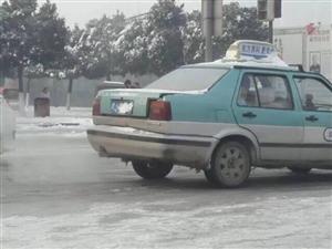 威尼斯人网址街头出租车部分以雪遮挡车牌
