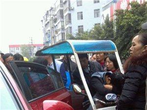 朝阳市场一小车突然打开车门 电动车司机被撞晕